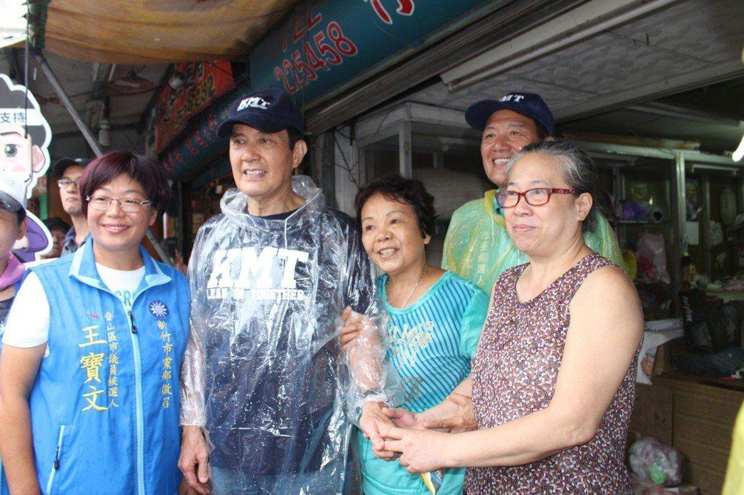 馬英九(左二)昨天到新竹市為新竹市長參選人許明財(右後)站台,並陪同掃街拜票,馬...
