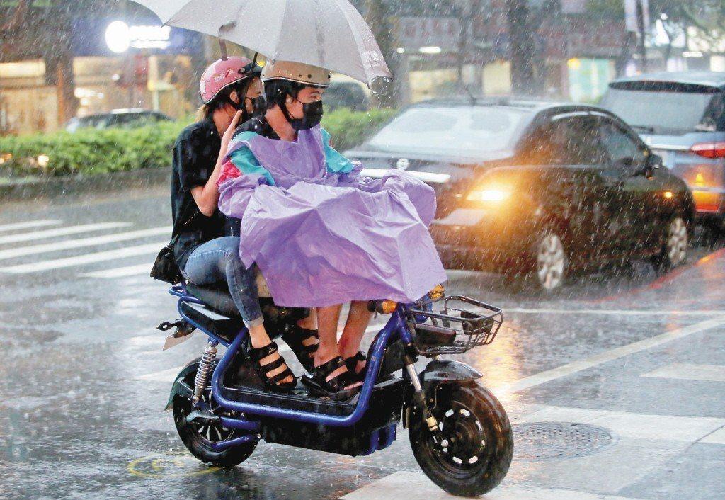 騎電動自行車不需駕照、免牌照稅,日漸風行。電動自行車車速快,但不受一般機車規則管...