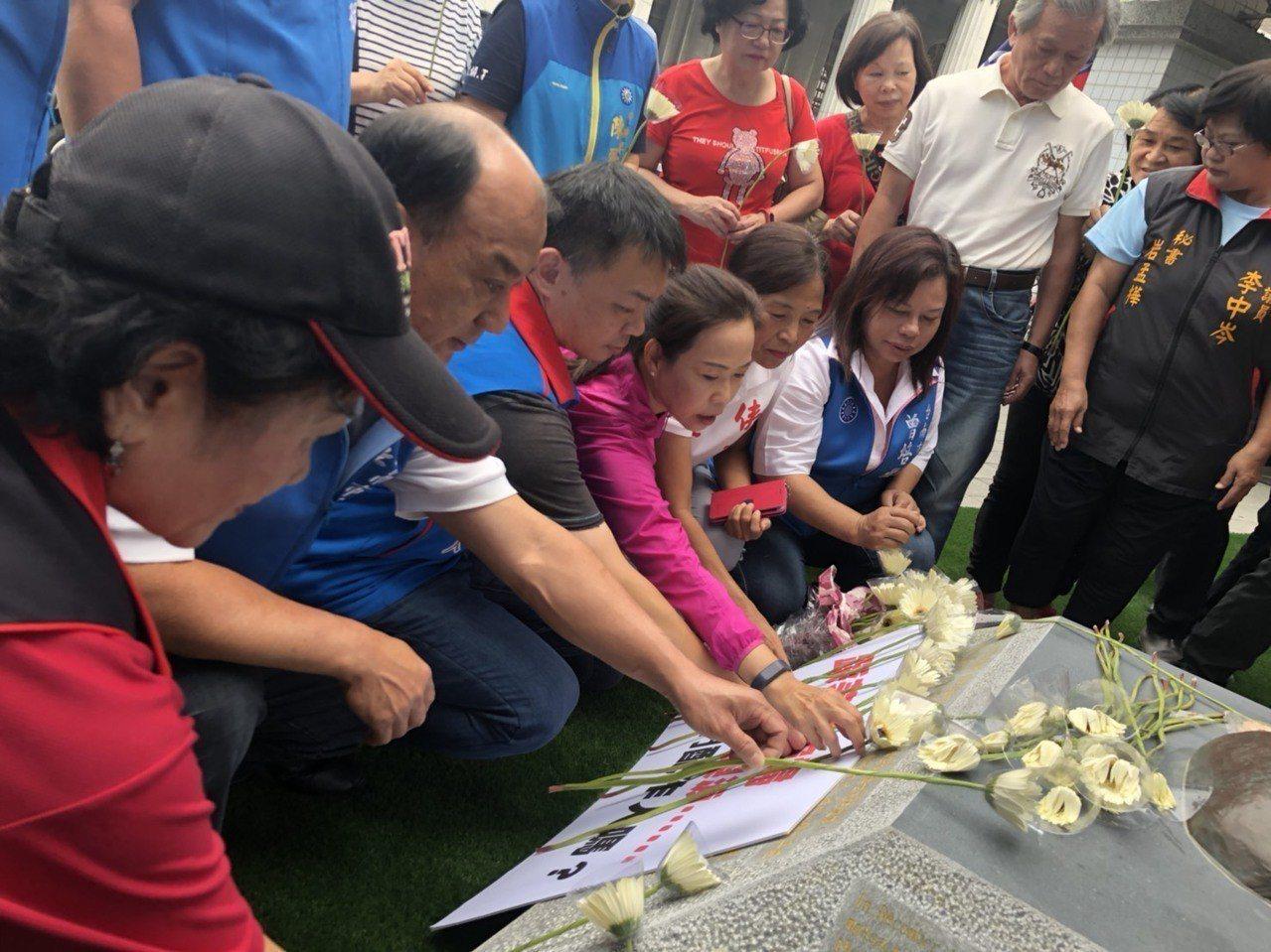 國民黨提名台南市長參選人高思博前往慰安婦銅像抗議。圖/高團隊提供