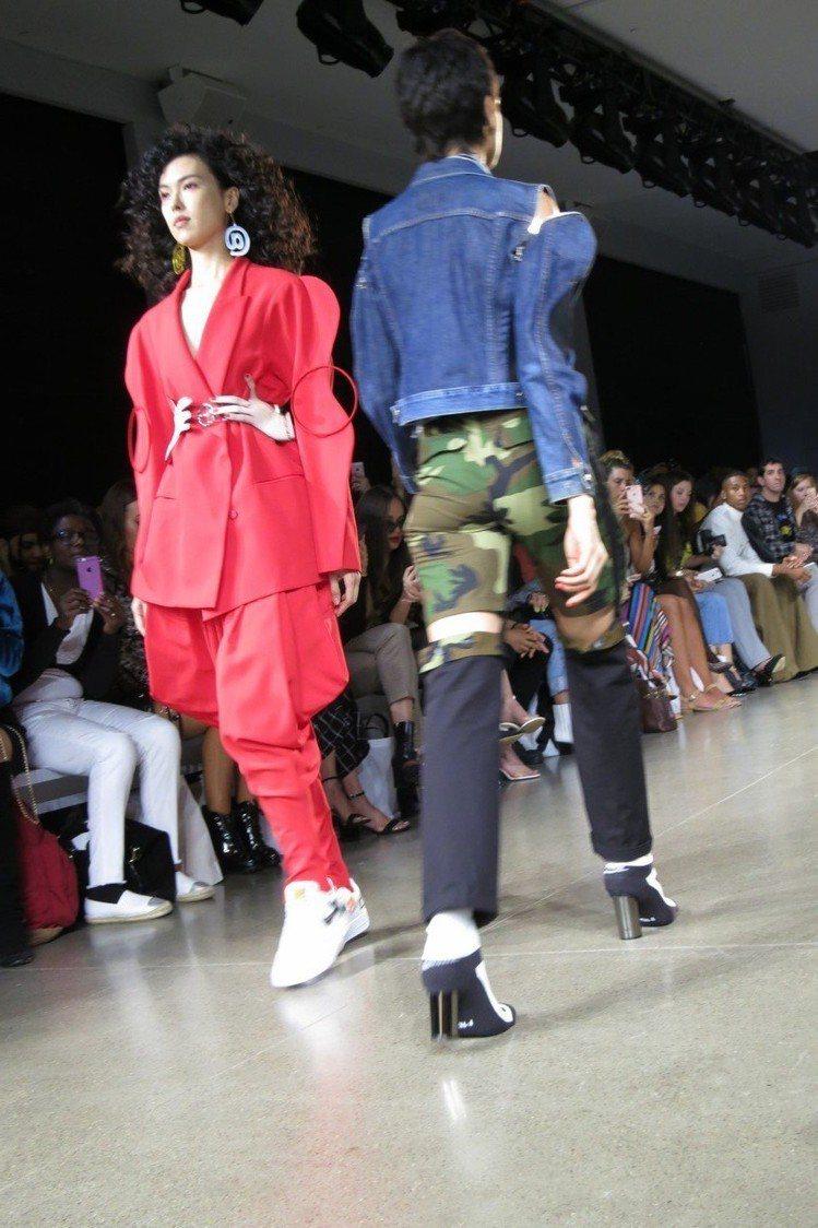 名模王思偉(左)身上的服裝輪廓展現p圖的扭曲,腰際的2隻手相當點睛。圖/記者楊詩...