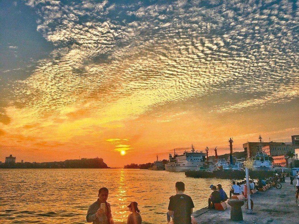坐落於高雄港2號碼頭的棧貳庫是近年熱門的觀光景點。(圖/本報資料照片)