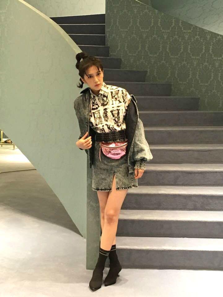 劉奕兒配戴MIU MIU亮片腰包。記者吳曉涵/攝影
