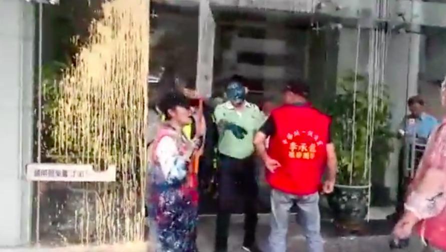 統促黨至日台交流協會潑漆。圖/翻攝李承龍臉書直播影片