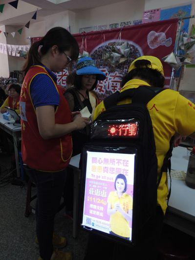 無黨籍南投縣議員參選人莊惠惠有個創意LED背包,猶如「縮小版燈箱」,是她的宣傳利...