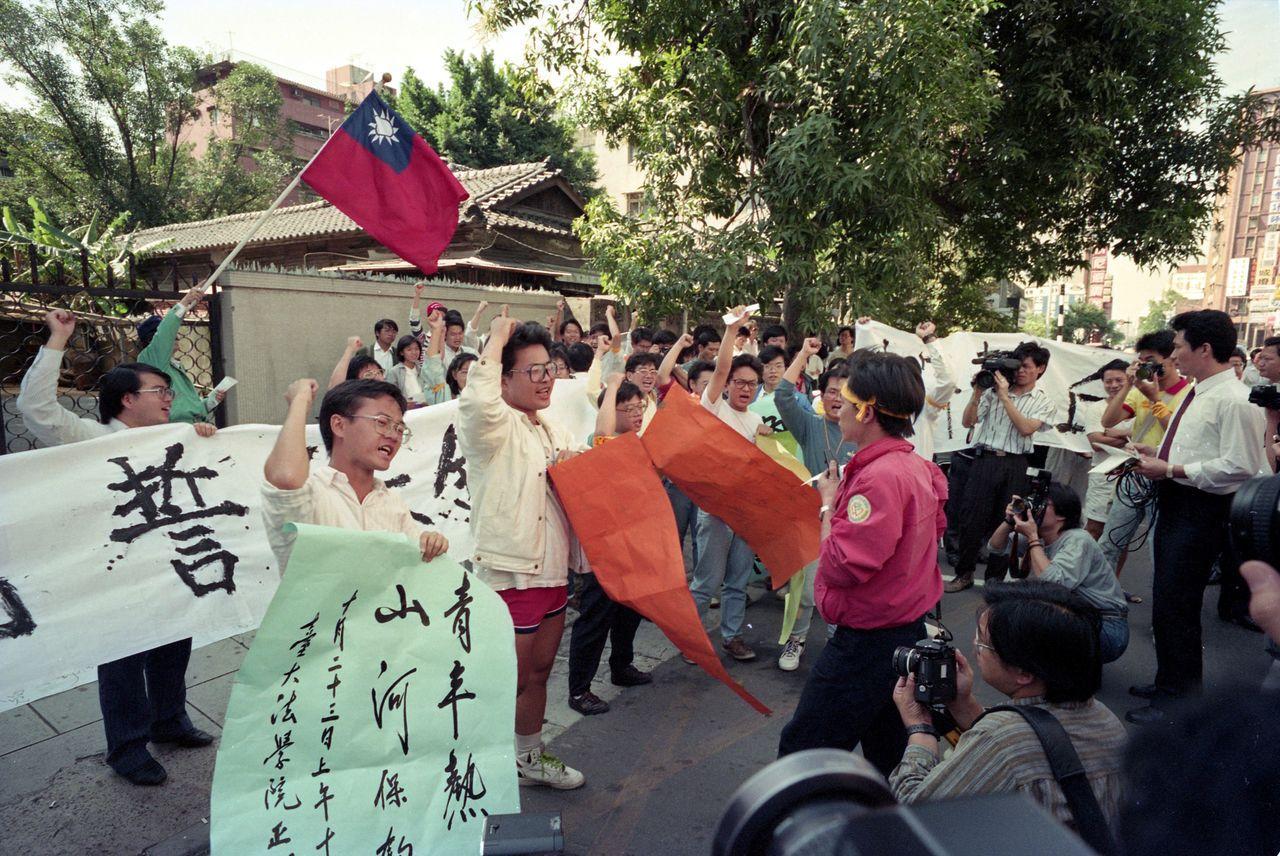 大專學生保釣行動委員會赴日本交流協會台北事務所前,手持標語呼喊口號抗議。 圖/聯...