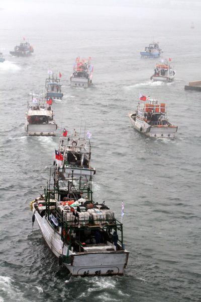 宜蘭漁船遭日本海上保安廳毆打事件,引發新保釣運動,圖為之後宜蘭漁民前往釣魚台海域...