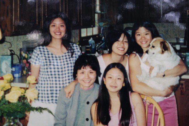 張孟瑩和四個女兒攝於15年前,中間短髮者是吳恬敏。(張孟瑩提供)