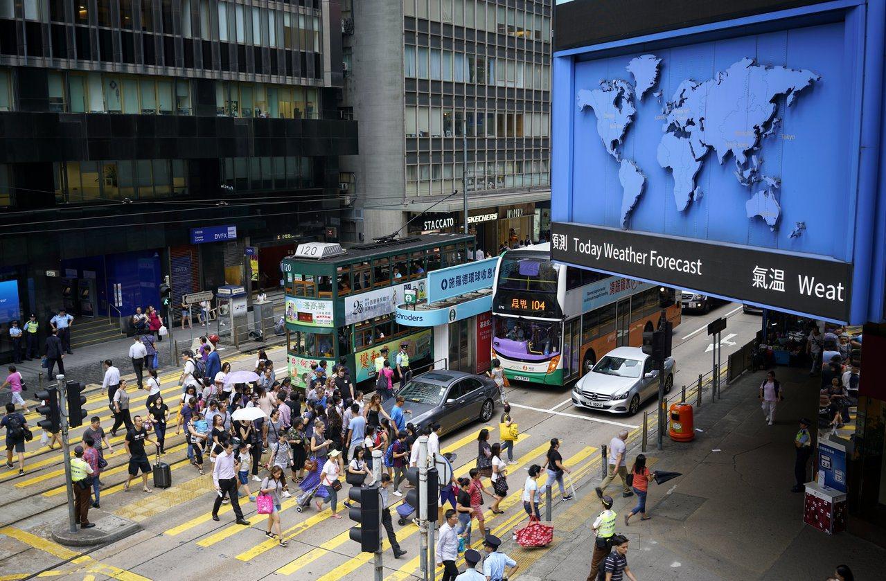 有調查發現,短至5分鐘或以下的車程,仍有約兩成香港市民寧願搭車也不願行路。 中新...