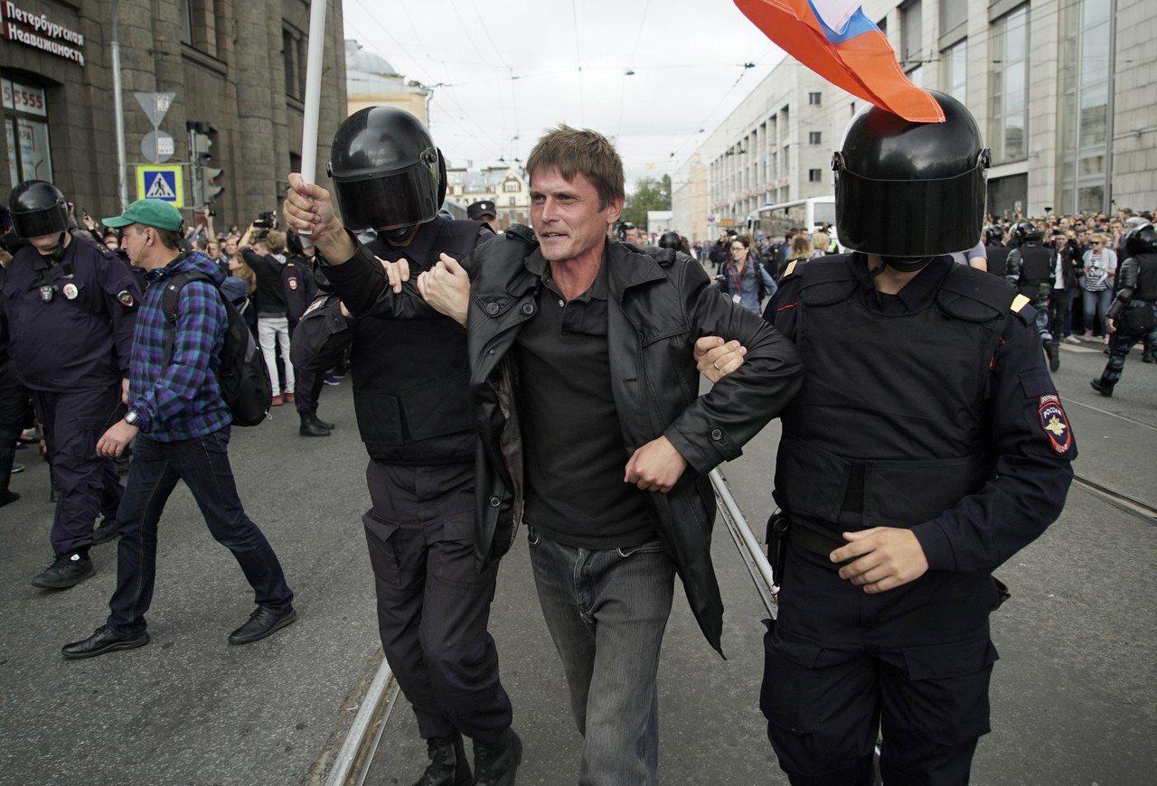 俄羅斯9日舉行地方選舉,遭監禁的反對派領袖納瓦尼號召對退休改革計畫發起抗議,警方...