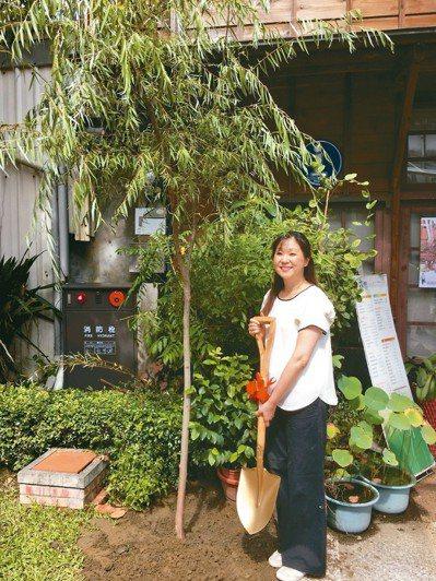 台南柳屋日治時期經營的柳下甚藏第4代柳下昌子,來台在屋前植柳。 十八卯/提供