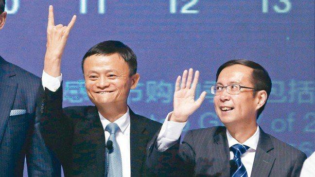 阿里巴巴集團創辦人馬雲(左)宣布,一年後將不再擔任集團董事局主席,屆時由集團CE...