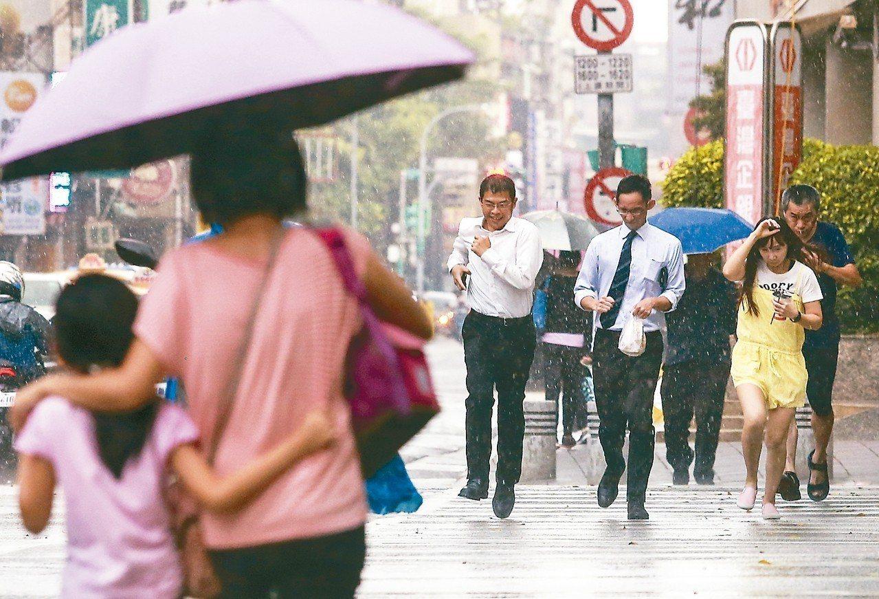 「山竹」颱風預估周六、周日離台最近,而台灣附近的熱帶性低氣壓,不排除今、明兩天增...