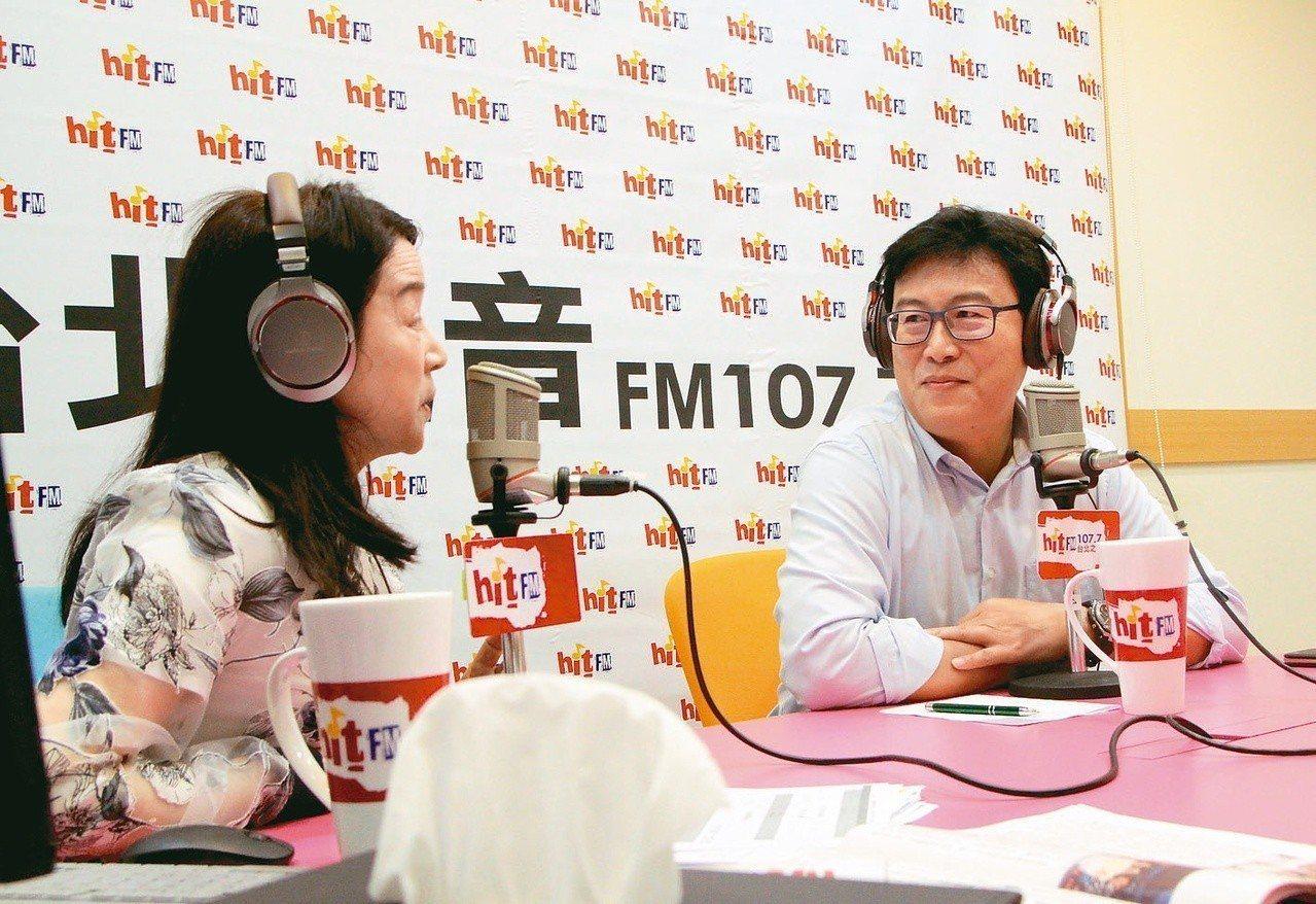 民進黨台北市長參選人姚文智(右)上午接受電台主持人周玉蔻(左)專訪。 圖/蔻蔻早...