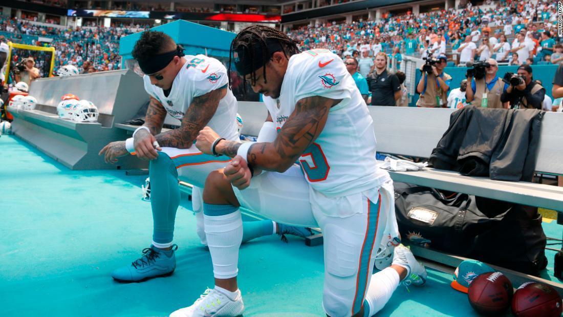美式足球員唱國歌時跪地風氣再起。 美聯社
