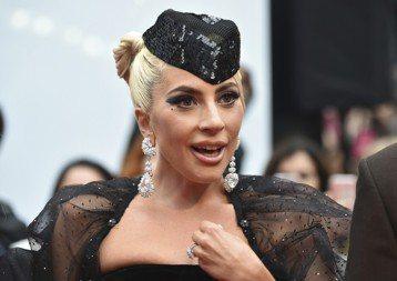 女神卡卡(Lady Gaga)首度領銜主演音樂電影「一個巨星的誕生」,並堅持在片中現場演唱所有歌曲,影迷也可以聽到不是以唱歌為本行的布萊德利庫柏一展歌喉。路透社報導,布萊德利庫柏(Bradley C...