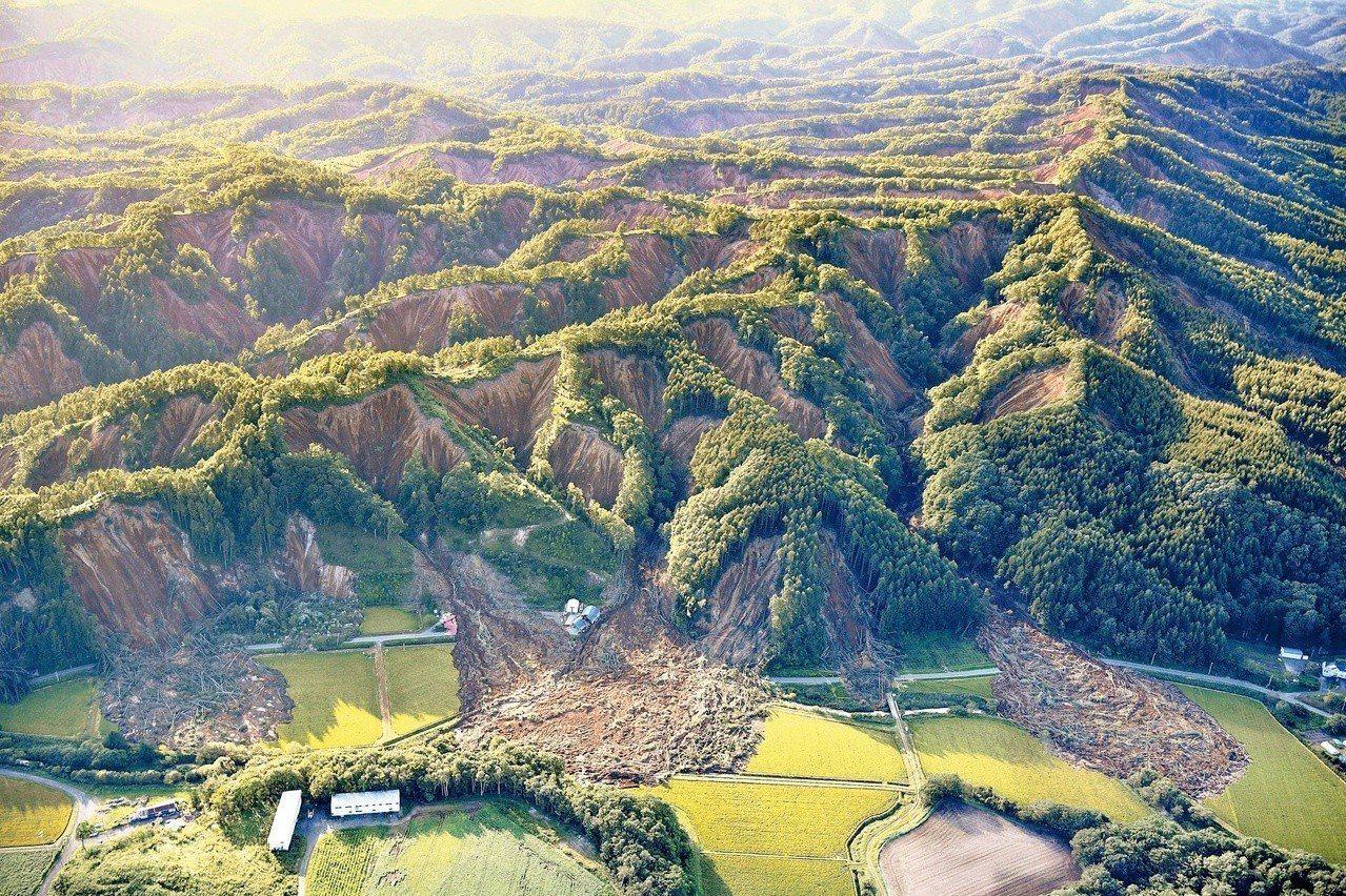 日本北海道六日發生規模六點七強震,震央所在的厚真町大規模山崩,山腳下的村落瞬間被...