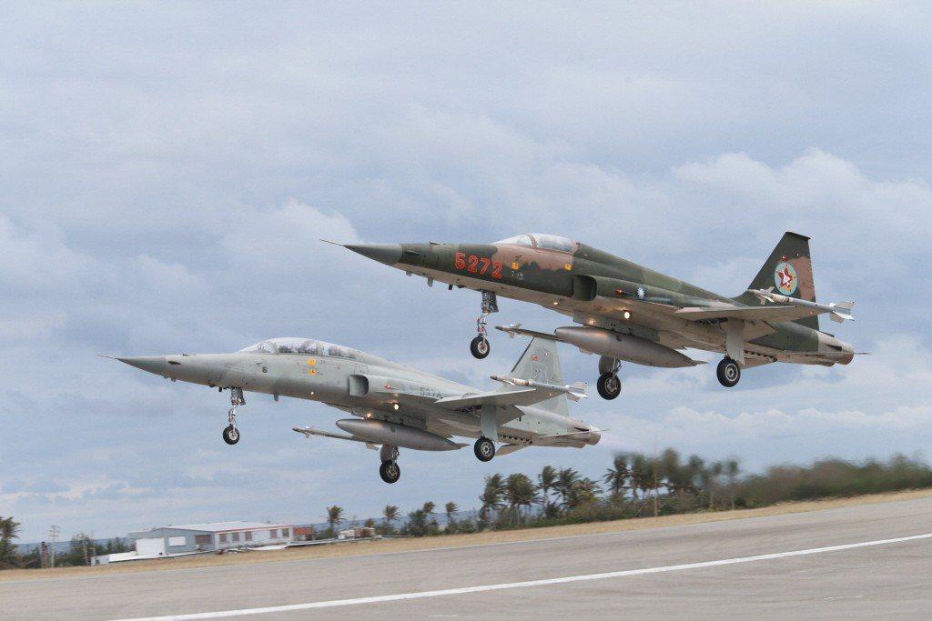 媒體報導2架F-5E/F型機8月訓練時,因為使用翻修胎爆胎,空軍表示與事實不符。...