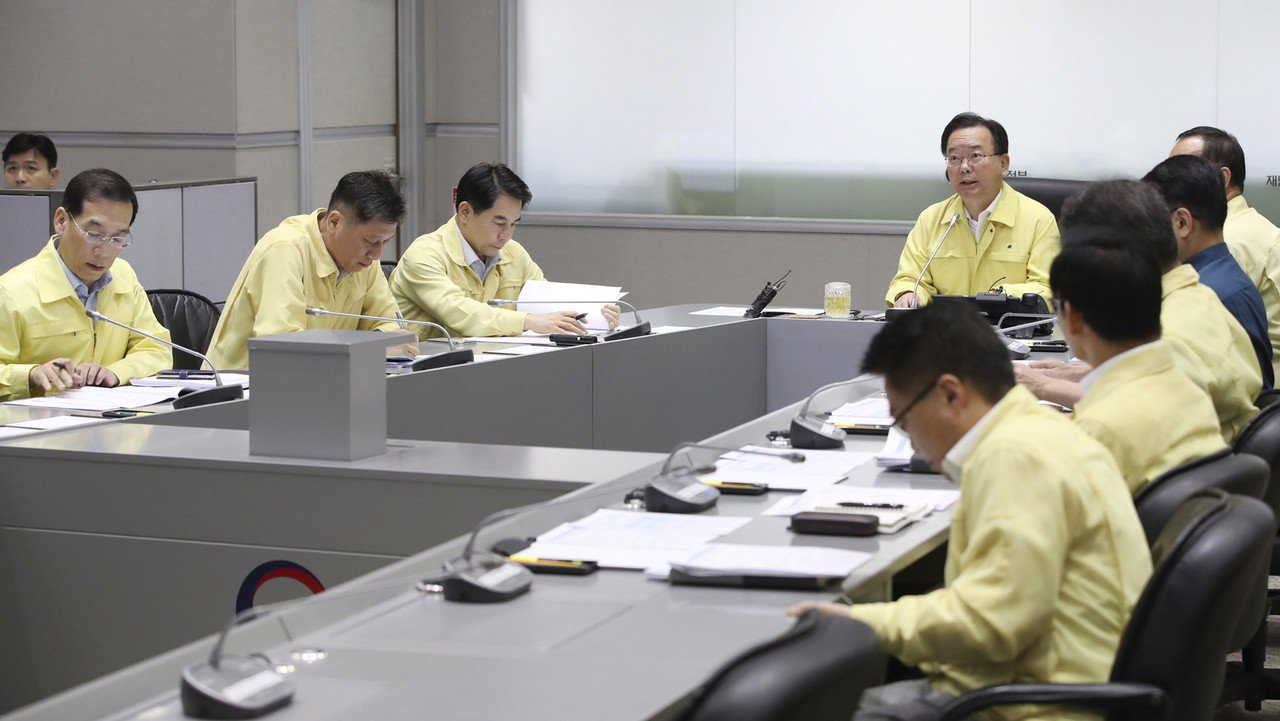 南韓官員舉行視訊會議,討論阻止中東呼吸症候群冠狀病毒感染症(MERS-Cov)傳...