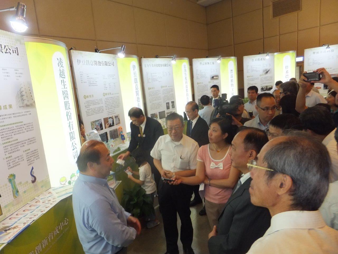 農委會林聰賢主委由農業科技研究院陳建斌院長陪同參觀凌越生醫成果展攤位。