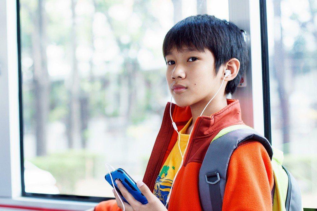 吳至璿雖是首度演電影,但演戲經驗豐富,口條沉穩、眼神有戲,與鮑起靜一老一少的化學反應非常精彩。 圖/華映娛樂提供