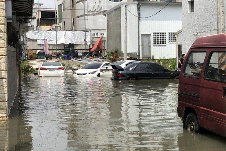 台南市永康因排水系統問題,只有18.5毫米的雨量仍造成及膝的積水。 圖/聯合報系...