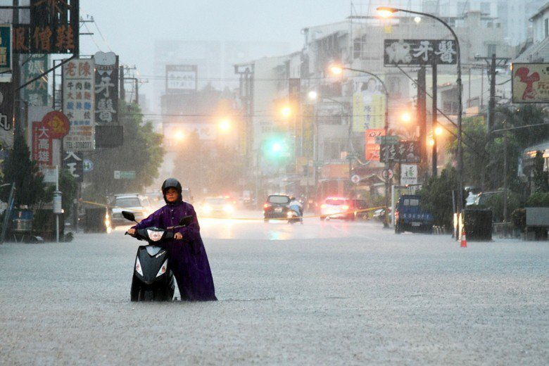 8月28日受熱帶低氣壓影響,南台南降下暴雨,圖為高雄市區澄清路一帶淹水情況。 圖...