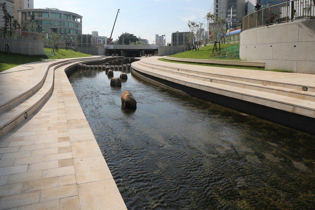 政府投注了大量經費來矯正醜陋的三面光水道,提升河川的水質和親水性,改善後的結果仍然是高度水泥化的河道。圖為台中柳川。 圖/聯合報系資料照