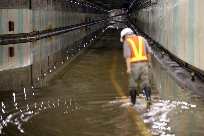 8日暴雨,造成台北市林森南路車行地下道嚴重積水。 圖/聯合報系資料照