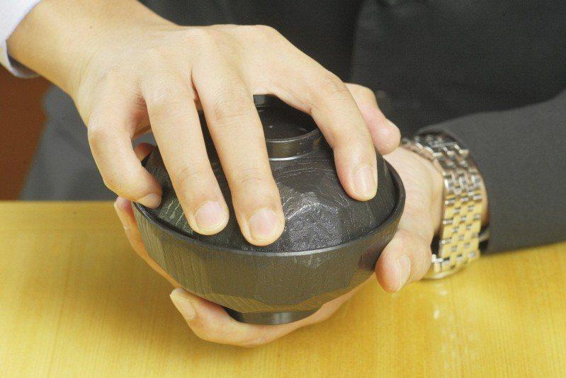 欸欸欸開碗蓋可不能用蠻力啊! 圖片來源/聯合報系