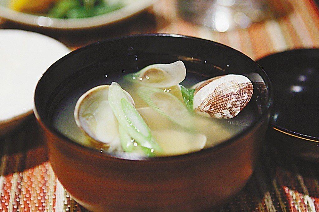 超美味的蛤蜊味噌湯。 圖片來源/聯合報系