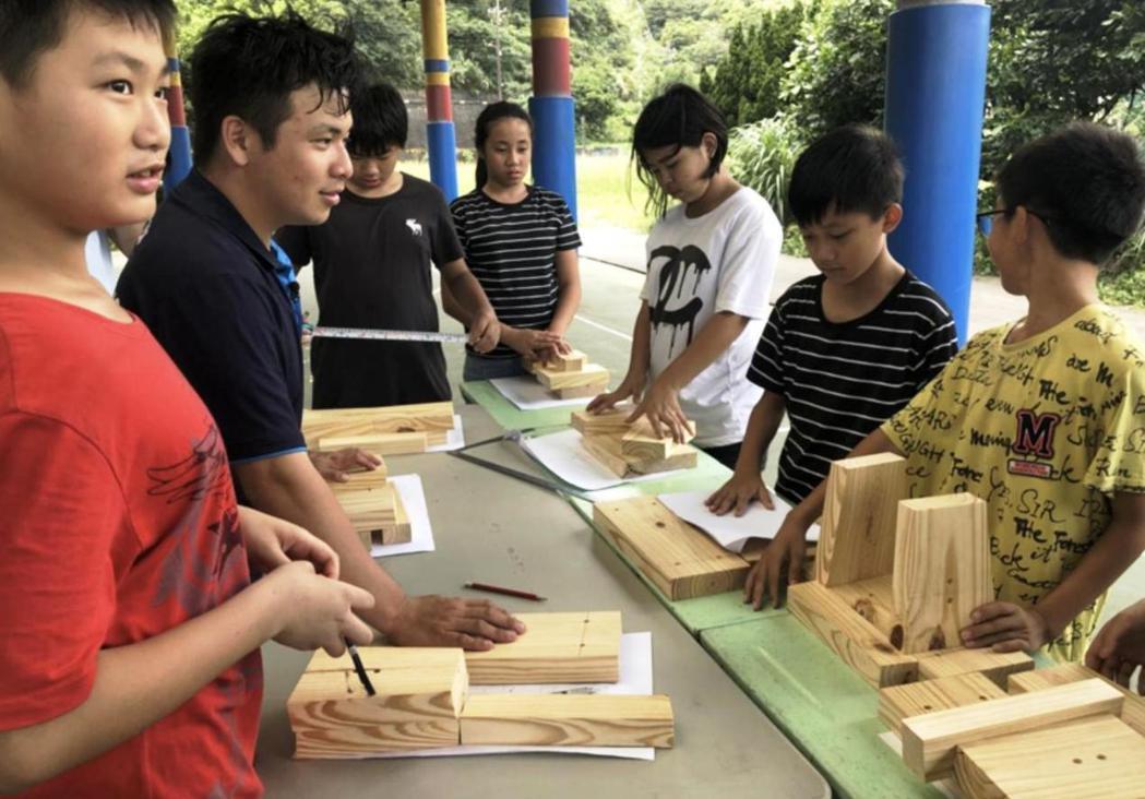 木工國手教當地小朋友做木椅。圖/Skills For U提供