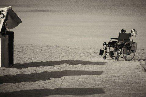 漫長的長照時光中,盛田隆二以真摯的筆觸寫下困窘且沉重的生活。圖/pixabay
