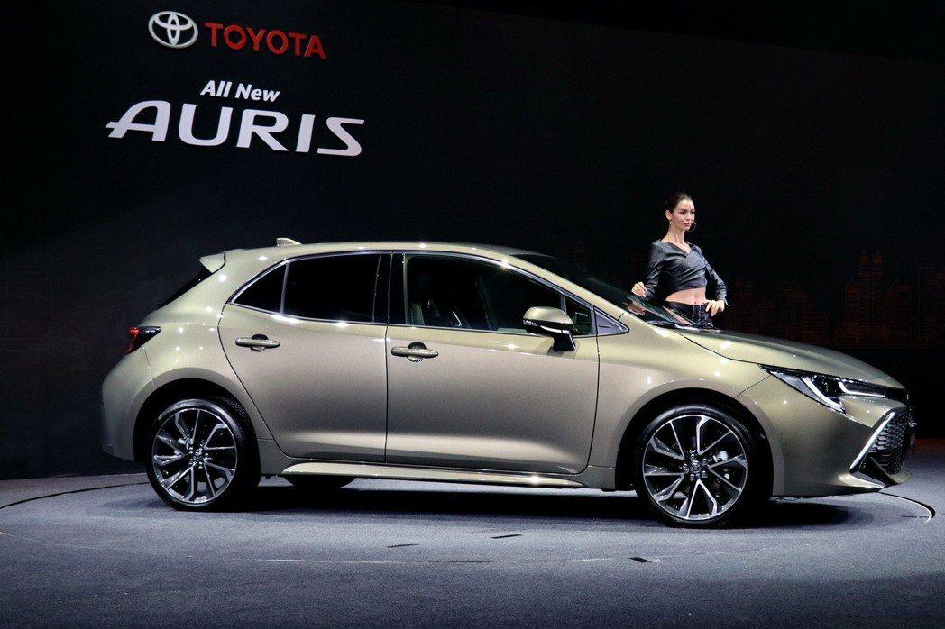AURIS側視造型採用向外擴張的輪拱設計,以及自頭燈向後延伸的特徵線,加強車身肌...