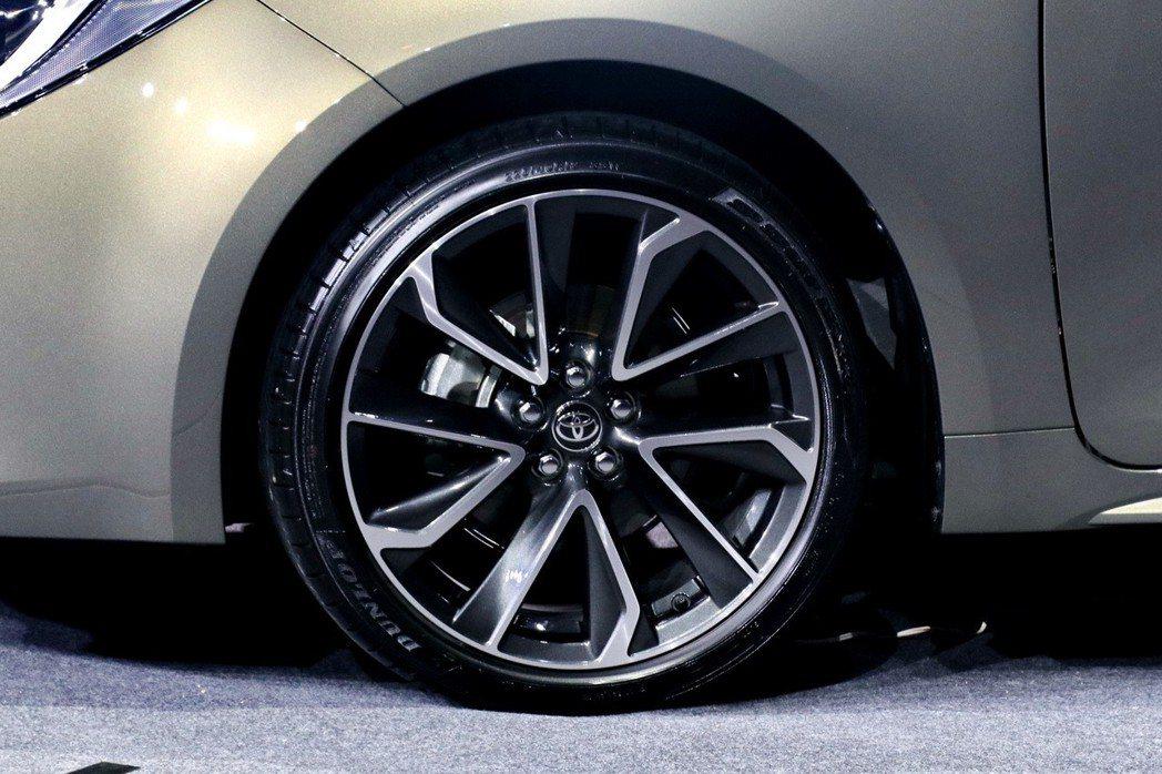 AURIS配置兩種尺寸與設計的鋁圈,包括18吋十幅式運動化雙色鋁圈及16吋五幅式...