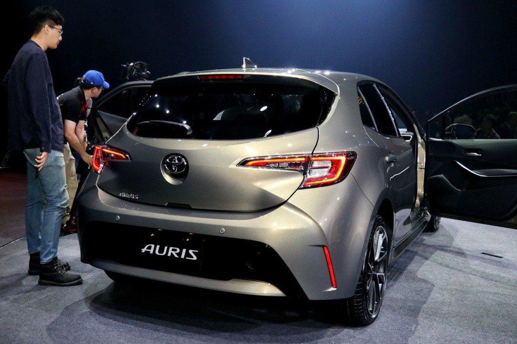 後視造型在視覺上延續與車頭設計的一貫性,包括自車側與車頂匯集至廠徽的立體線條,帶來充沛的線條力道。 記者陳威任/攝影