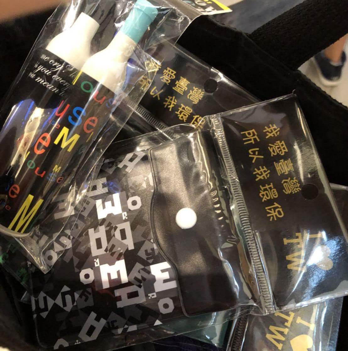 香港情侶在西門町商圈遭強迫推銷,花了台幣1200元購買零錢包與愛心筆。圖截自爆料...