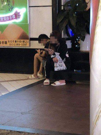 以籌措學費為由,向香港遊客強迫推銷愛心筆的少女。圖截自爆料公社