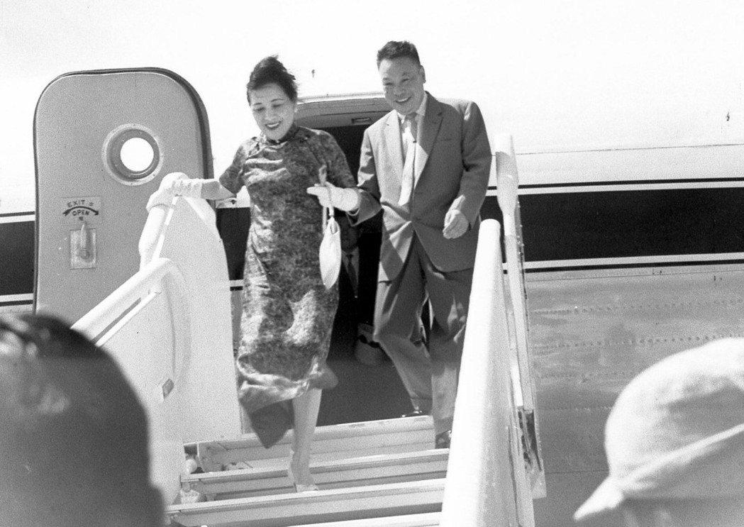 1959年蔣宋美齡(左)以私人資格赴美訪問一年,乘「中美」號專機歸來,長公子蔣經...
