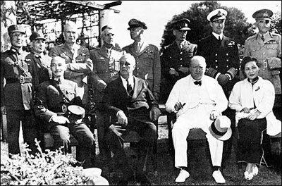 開羅宣言確立日本將竊自中國的領土全部歸還中華民國,圖為參與簽訂宣言的蔣介石(前排...