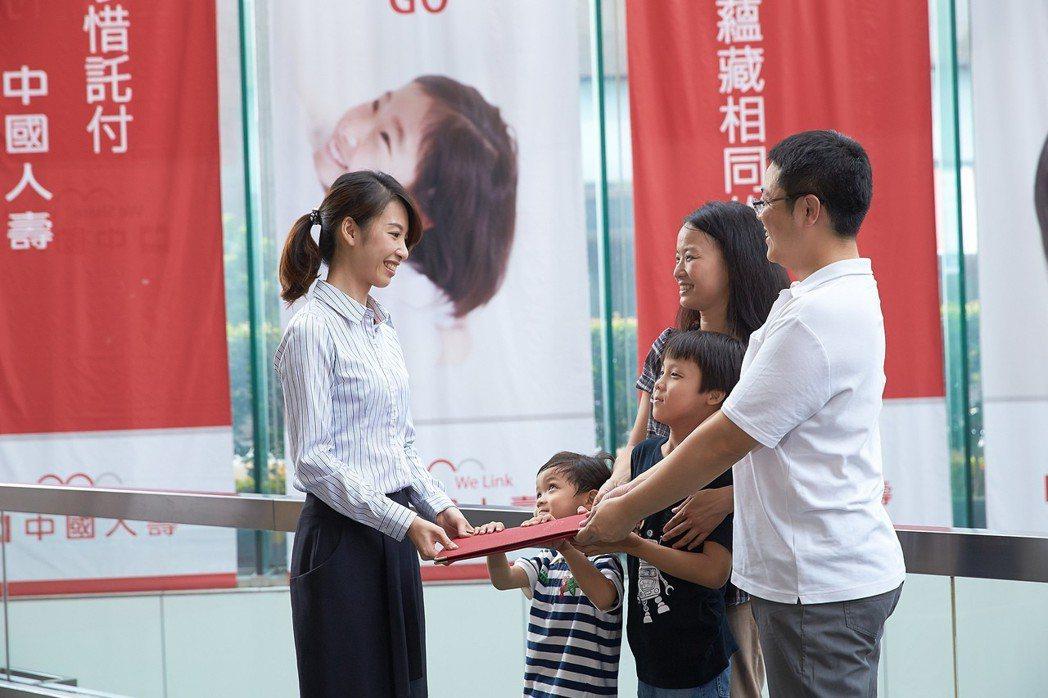 台灣人越來越晚婚,很多人開始準備退休金時,可能還要同時籌措孩子的教育費用。 圖/...