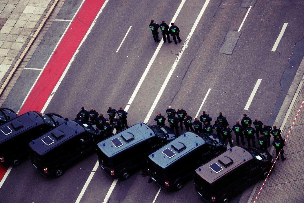 「防衛性民主意味著採取行動,而不是懶散地觀看。」肯尼茨暴動之後,基民盟(CDU)...