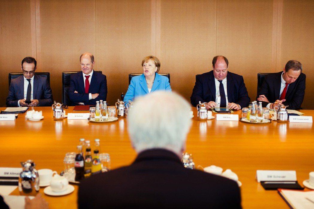 18日的聯合政府三方閉門會談,其實是個妥協的結果。在錫霍佛的力保下,馬森的人事異...