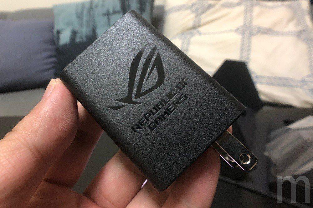 原廠對應快充的USB Type-C連接埠充電配件也採用ROG品牌標誌