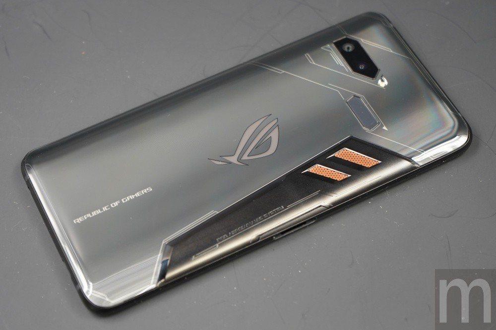 背後玻璃採異形切割,並且搭配銅質散熱片將手機內部廢熱排出機身外