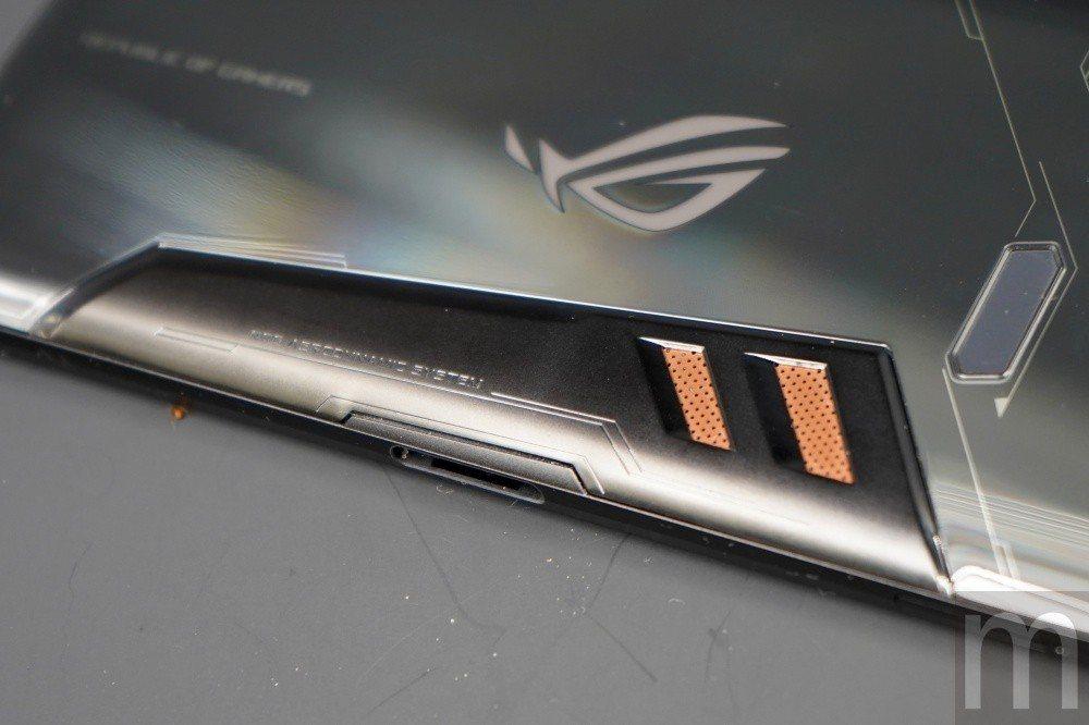 採用大面積銅質導熱片模組,以及藉由毛細原理達成類似液冷效果的散熱設計,構成多層驅...