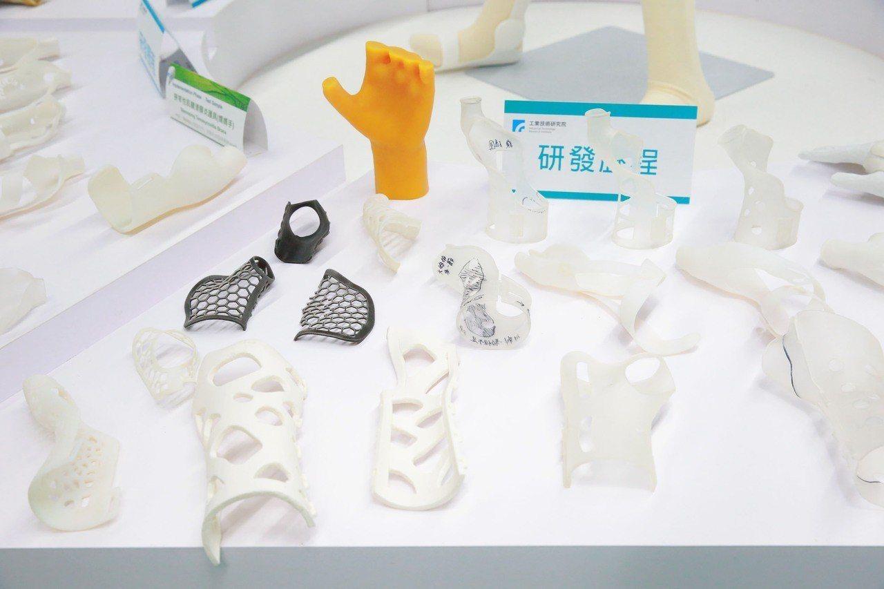 透過「3D列印設計服務共創平台」,設計並列印出個人專屬的輔護具,具有精準貼身、舒...