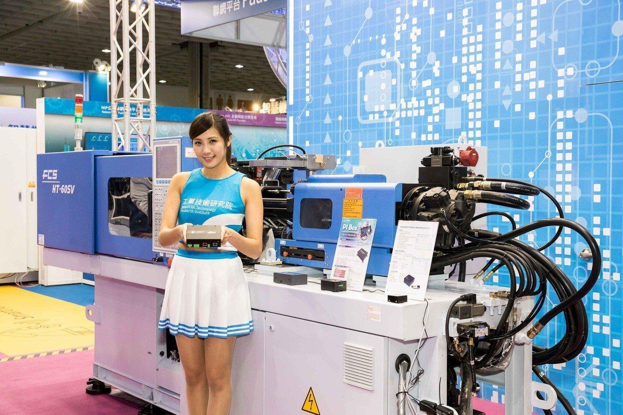 工研院設計研發的智慧機上盒,可輕鬆加裝在舊型設備機台上,協助製造業不需花鉅資更換...