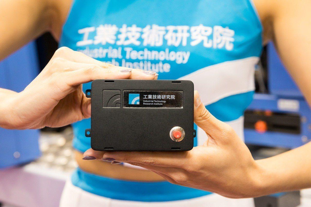 廠商只要安裝「工業用-基本型智慧機上盒」(PI Box),便可解決連線通訊問題,...