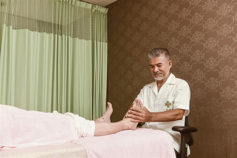 林天扶本業是腳底按摩師,他說要展現帥氣的外表,養生很重要。