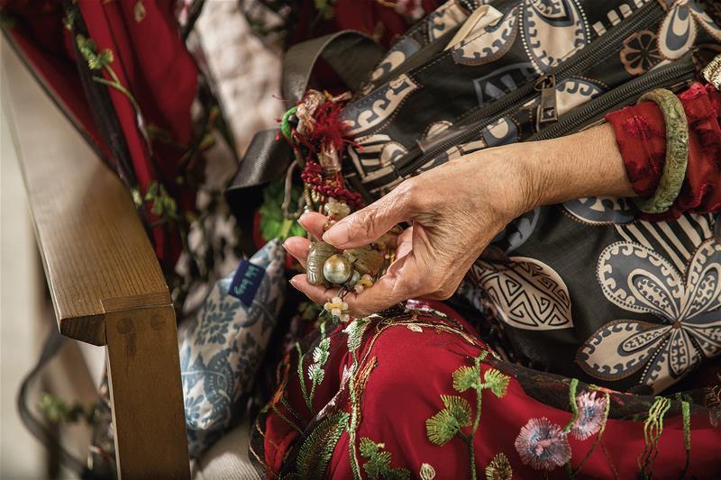 波希米亞阿嬤身上少不了玉飾品當配件。